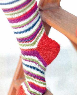 Яркие носки в полоску спицами