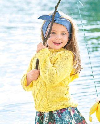 Пуловер спицами для девочки с узором из кос
