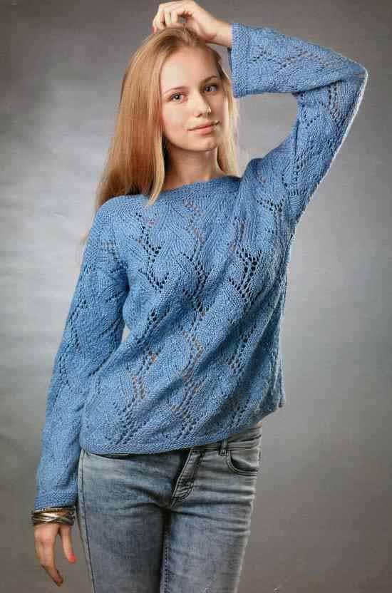 Вязаный пуловер спицами с вырезом лодочка
