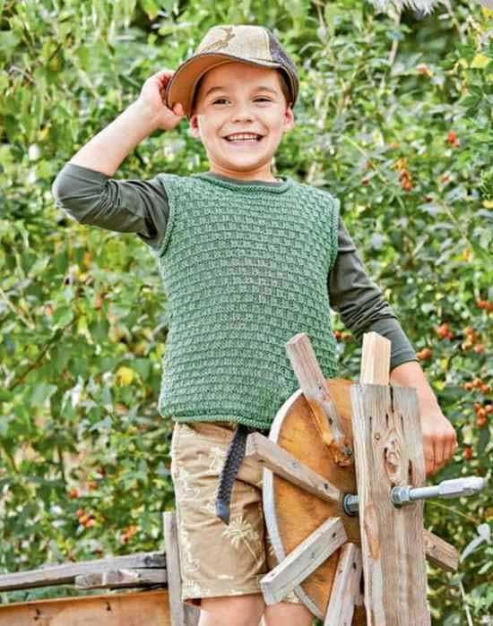 Зеленый жилет спицами для мальчика