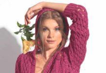 Розовый пуловер спицами с капюшоном