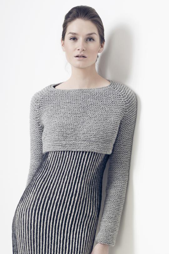 Укороченный пуловер спицами с рукавом реглан