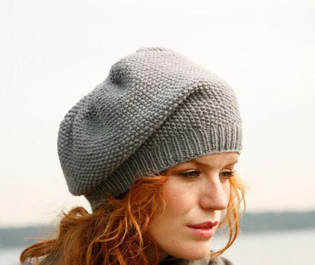Женская шапка спицами с узором Рис