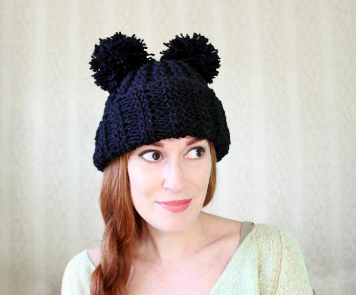 женская шапочка спицами с помпонами