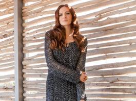 Сетчатое платье спицами с ажурным подолом