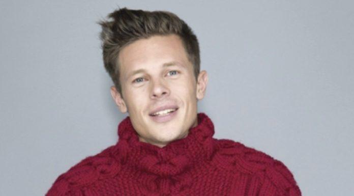 Стильный мужской свитер спицами с узором из кос