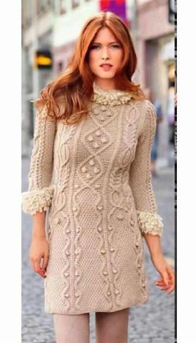Вязаной платье спицами с узором из шишечек и аранов