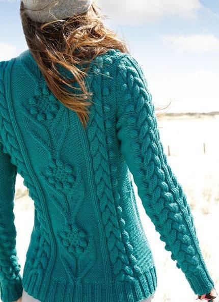 Оригинальный пуловер спицами из шишечек и цветов