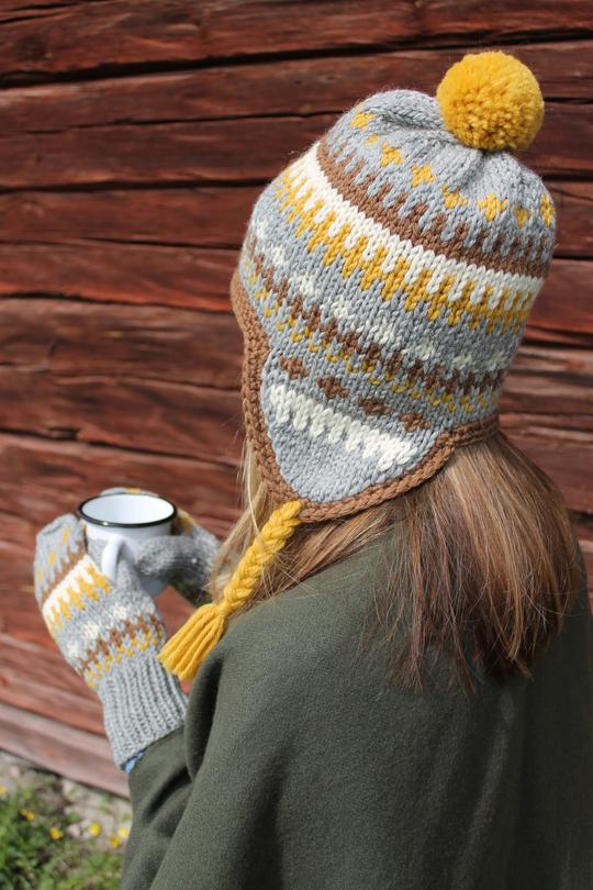 Цветная шапка-ушанка и варежки спицами