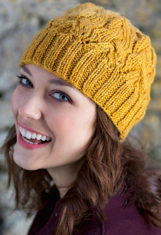 Яркая шапочка с узором из кос схема вязания спицами с подробным описанием