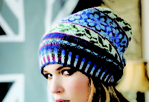 Жаккардовая шапочка спицами с узором из цветов
