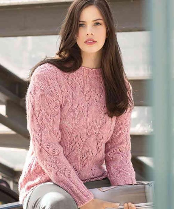 Розовый пуловер спицами с узором из ажурных кос схема вязания