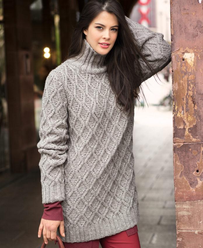 Серый свитер спицами с узором из ромбов