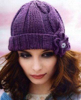 Вязаная шапочка спицами с косой и цветком