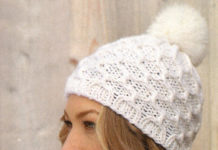 Белая шапочка спицами с помпоном