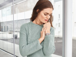 Серый пуловер спицами с молнией и косой на полочке схема вязания с подробным описанием