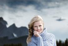 Шерстяной свитер спицами голубого цвета схема вязание спицами