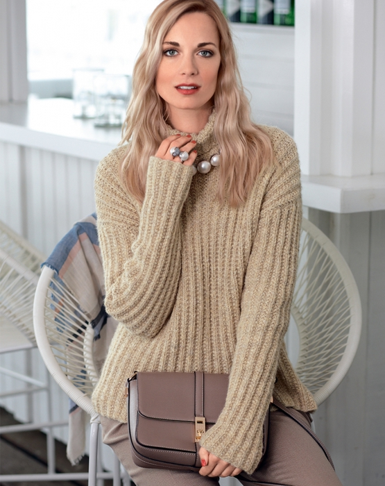 Пуловер спицами в стиле оверсайз