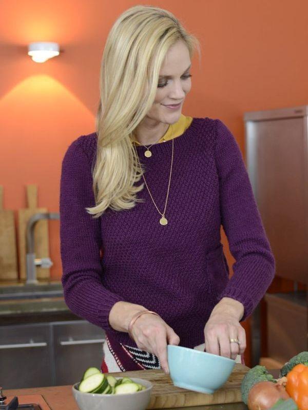 Сливовый свитер спицами с накладным карманом
