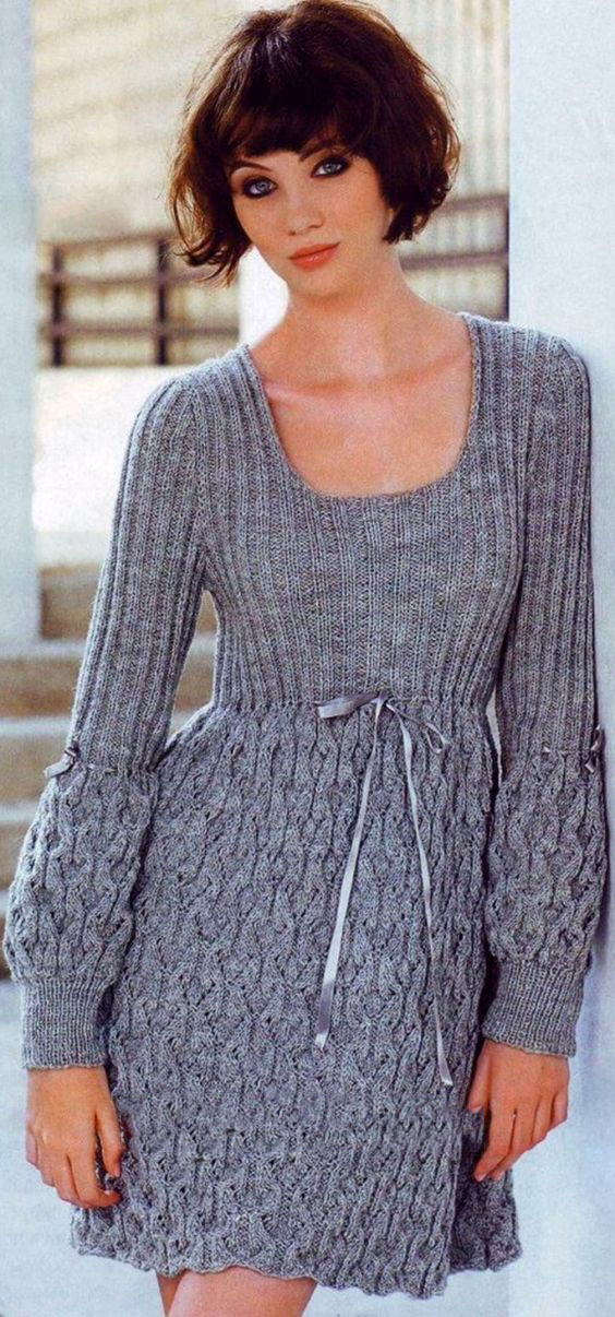 Серое платье с объемный ажурным узором: схема вязания спицами