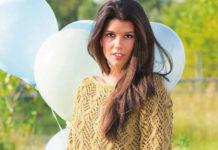Весенний пуловер спицами с ажурным узором из кос