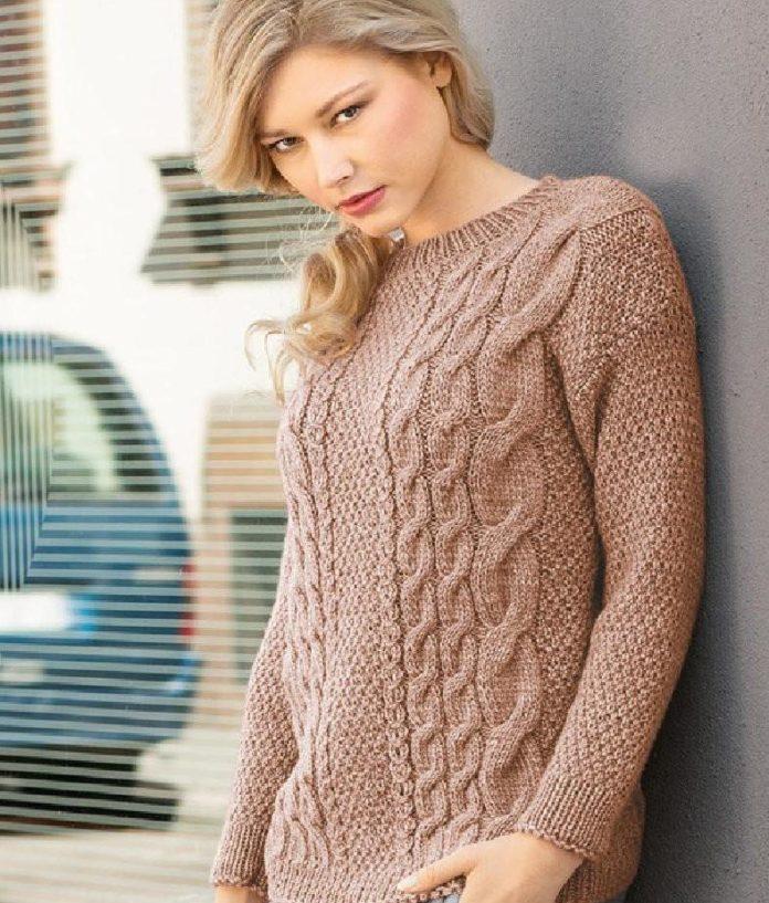Бежевый пуловер спицами с узором из кос