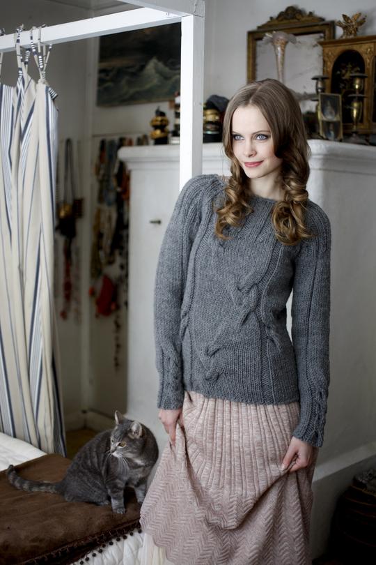 Серый пуловер спицами с рукавом реглан