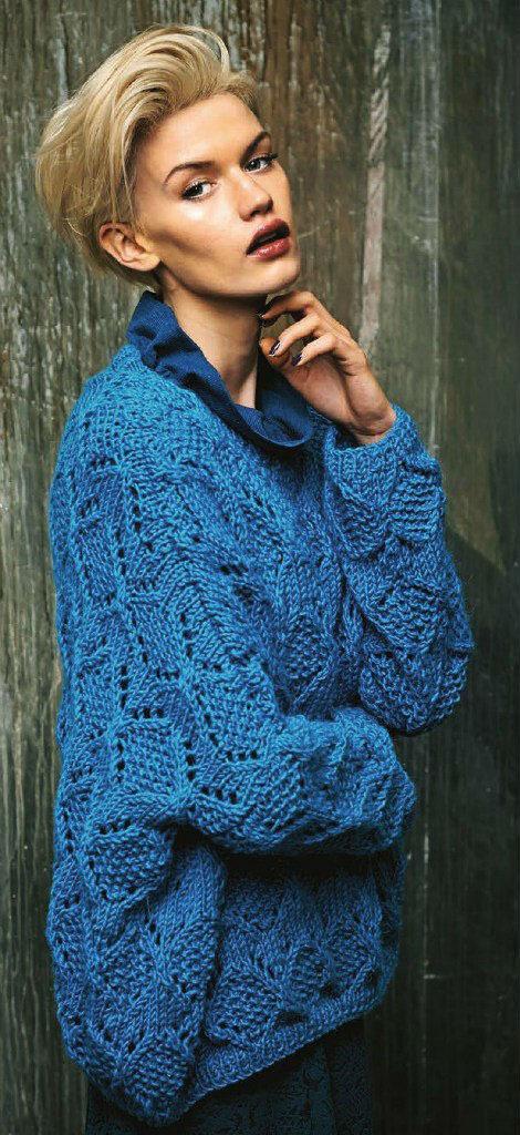 Синий пуловер спицами в стиле оверсайз с узором из ажурных ромбов схема вязания спицами с подробным описанием