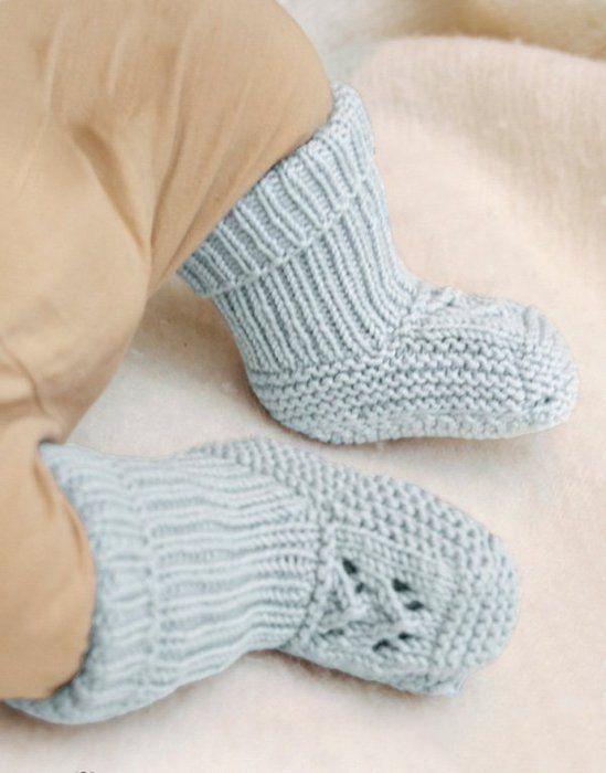 Голубые пинетки спицами для малыша с ажурным узором вязание для новорожденных