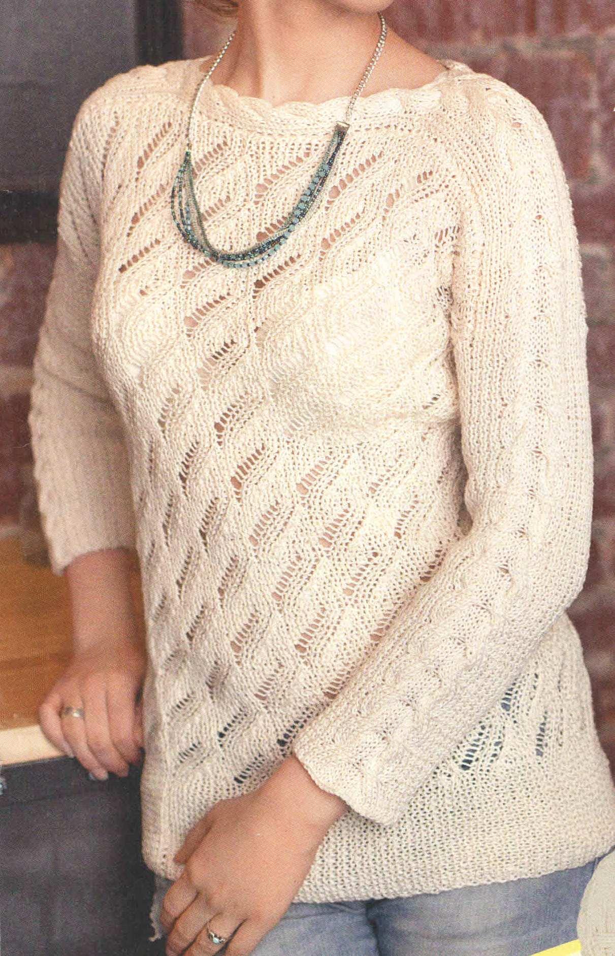 Пуловер спицами с ажурным узором и узором коса