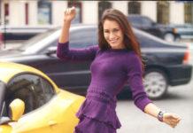 Приталенное платье спицами с юбкой из воланов