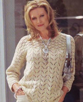 Пуловер спицами с кокеткой, выполненной крючком