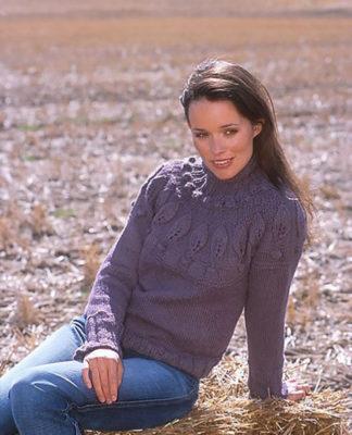 Пуловер спицами с кокеткой с узором из листьев и шишечек