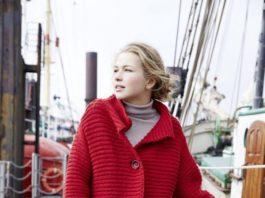 Красное вязаное пальто спицами на одной пуговице схема вязания с подробным описанием для женщин