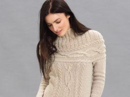 Бежевый свитер на кокетке с узором из кос схема вязания с подробным описанием для женщин