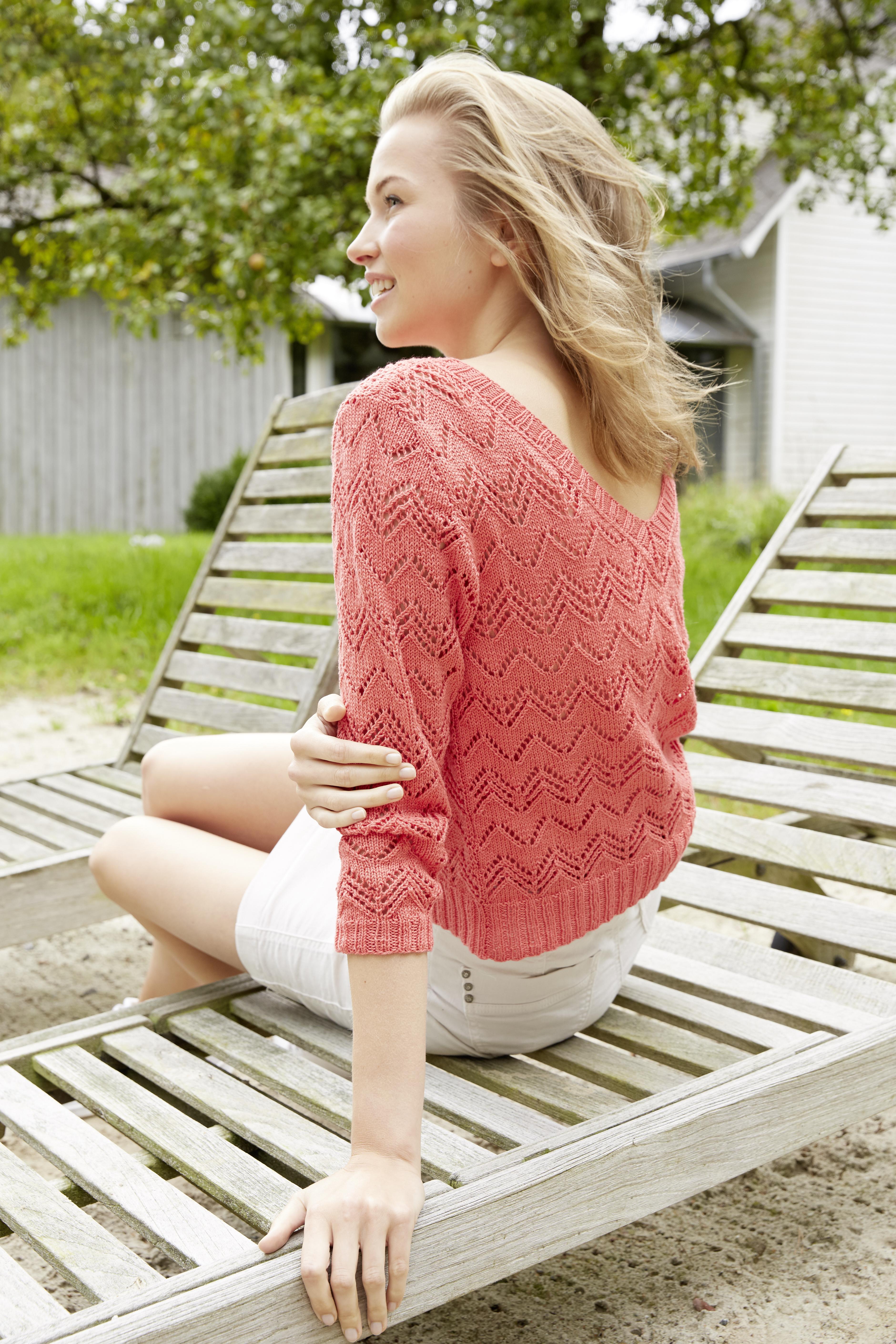 Ажурный пуловер спицами с глубоким вырезом на спинке