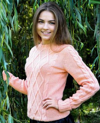 Пуловер с косами нежно розового цвета схема вязания с подробным описанием