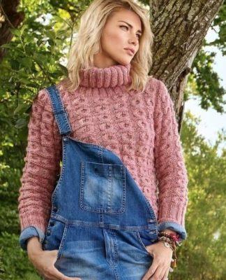Розовый пуловер спицами с узором из крупных сот с воротником гольф схема вязания с подробным описанием для женщин