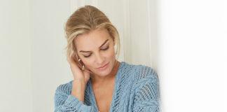Голубой кардиган спицами с сочетанием сетчатого узора и кос схема вязания с подробным описанием для женщин спицами