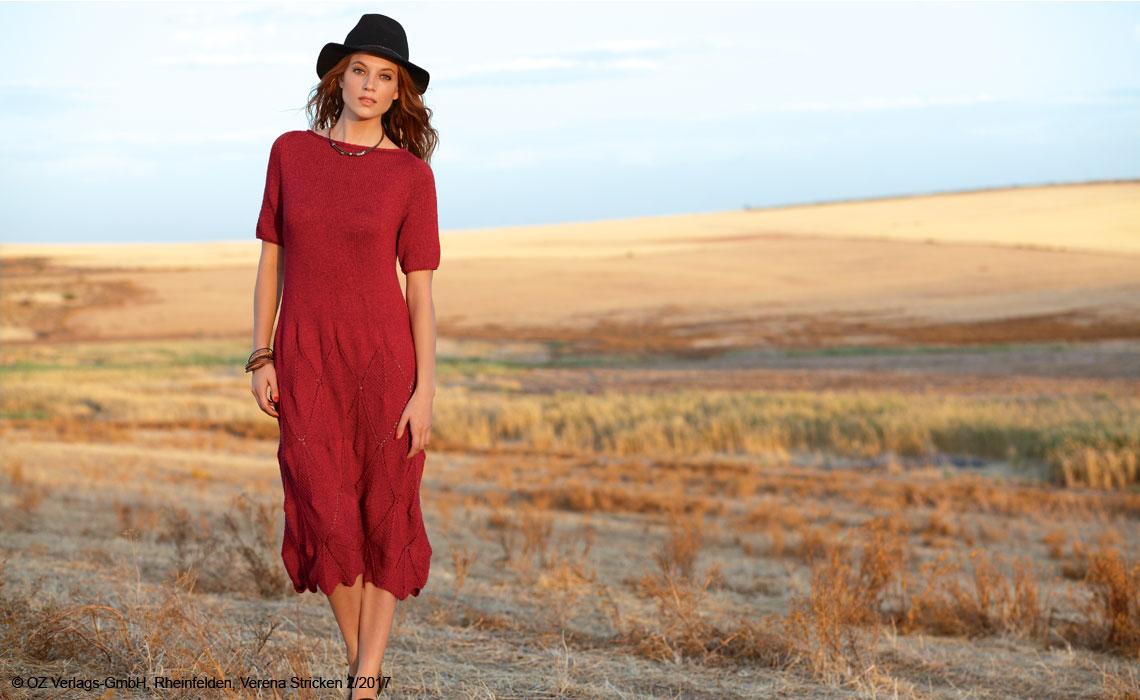 Красное платье спицами с узором из ромбов
