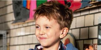 """Детский жакет с капюшоном спицами с узором """"Дерево"""" из кос схема вязания спицами"""