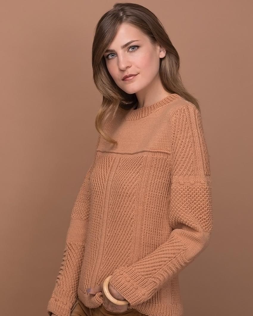 Пуловер спицами с сочетанием структурных узоров