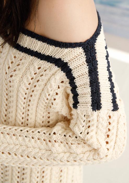 Пуловер спицами с открытыми плечами с ажурным узором из кос