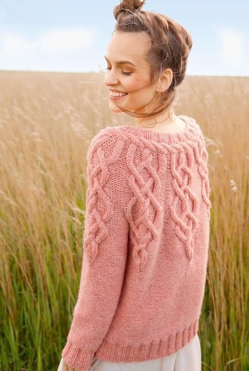 Пуловер спицами с аранами и косами на круглой кокетке
