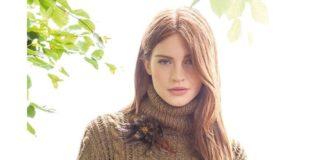 Горчичный пуловер спицами с узором из кос и шишечек