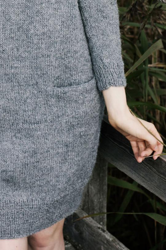 Базовое женское платье спицами с карманом