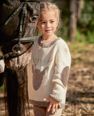 Детский свитер с оленем, вышитым пайетками схема вязания с подробным описанием