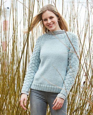 Женский пуловер спицами с рельефным узором на рукавах