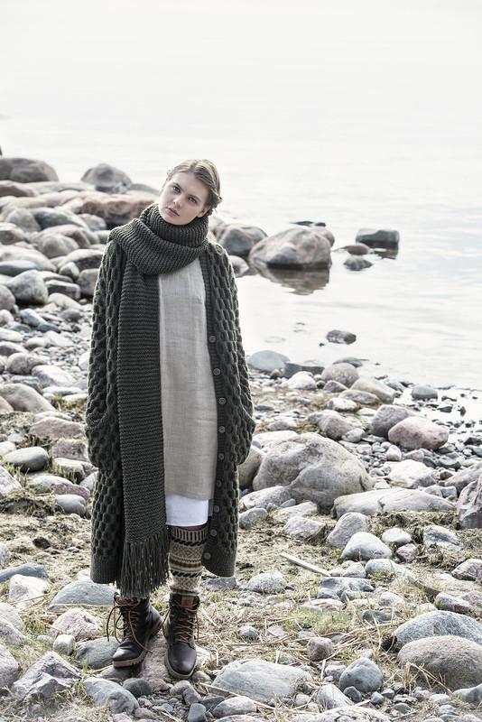 Удлиненное пальто и шарф спицами с узором