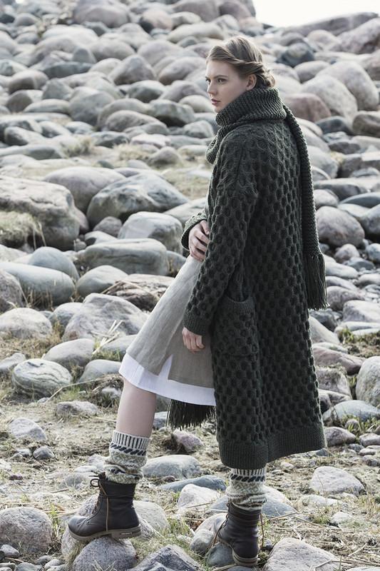 """Удлиненное пальто и шарф спицами с узором """"Соты"""""""